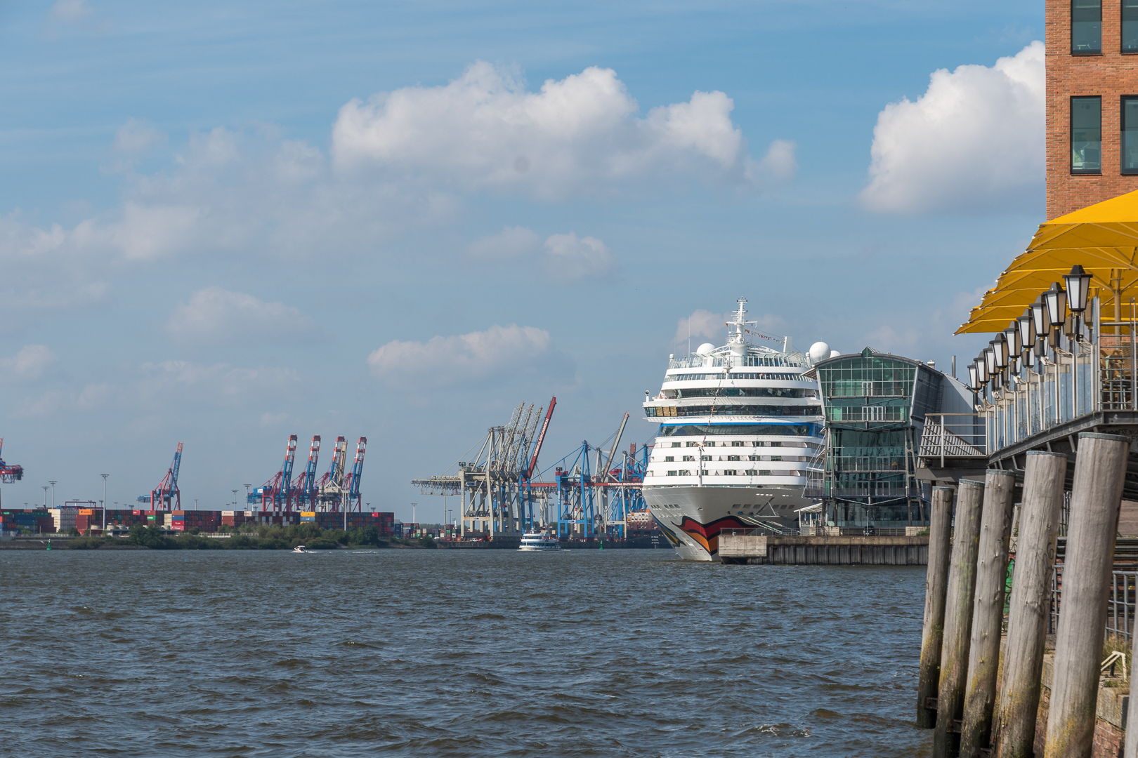 Cruise Center Altona mit Aida und Container Terminal Burchardkai